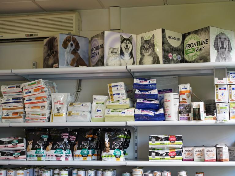 clinica_veterinaria_os_durans_villagarcía_instalaciones_tienda_accesorios_mascotas_pienso